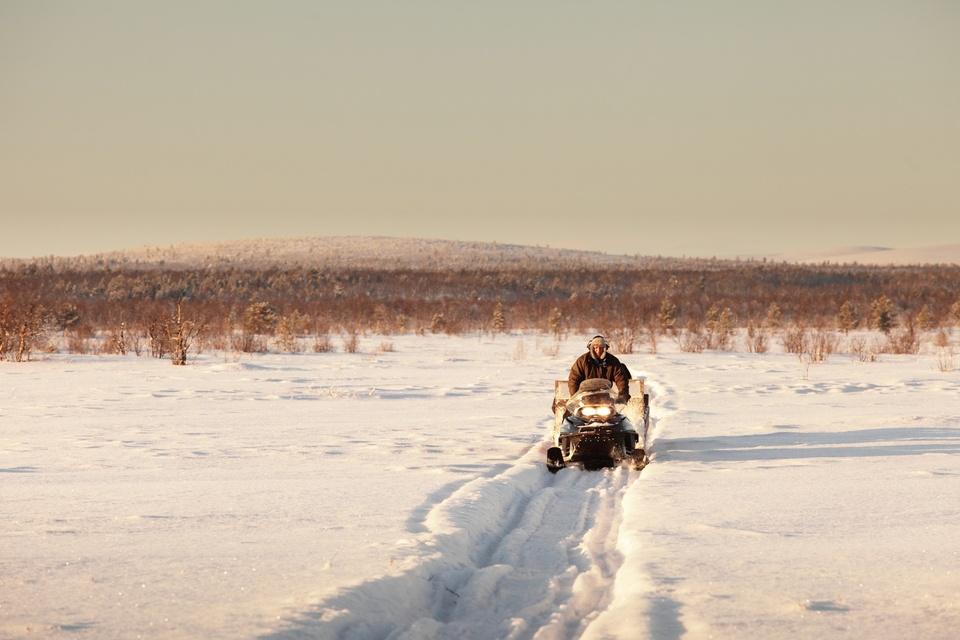 Jouni, Same éleveur de rennes, sur sa motoneige dans le nord de la Finlande, février 2012