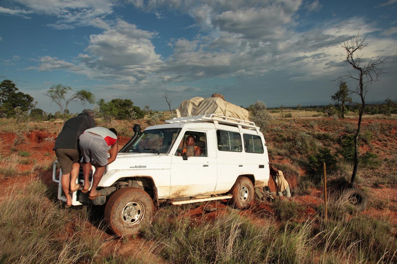 Après une bonne heure de travail, nous sortons le 4x4 d'un mauvais pas. Makay, Madagascar, janvier 2012