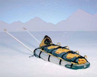 Le Firun est un traineau gonflable qui peut être transporter comme un sac à dos avant de servir à secourir les blessés en montagne l'hiver.